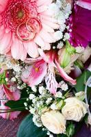 fleurs rose sur une surface en bois. photo