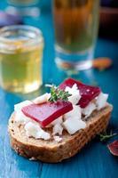 crostini, bruschetta aux prunes, marmelade de petits fruits et fromage de chèvre