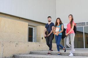groupe de jeunes étudiants garçons et filles sur le campus universitaire photo