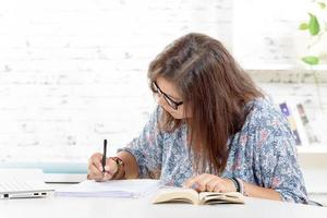 adolescente fait ses devoirs photo