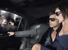 couple en limousine avec paparazzi par fenêtre