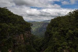 vallée entre deux montagnes verdoyantes photo