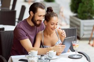 beau couple assis dans le café photo