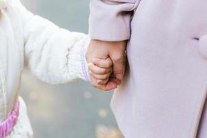 mère tenant la main de bébé