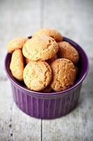 biscuits aux amandes meringuée dans un bol photo