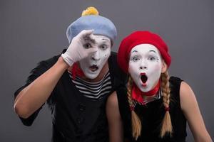 Portrait de couple triste mime pleurer isolé sur fond gris photo