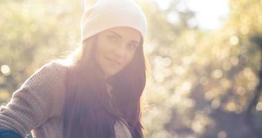 portrait en plein air de jeune femme, douce lumière du jour ensoleillée photo