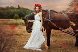 fille entre dans le champ avec une chute de cheval.