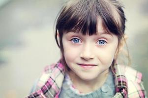 portrait d'automne de jolie petite fille photo