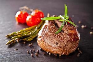 steak de boeuf frais sur pierre noire photo