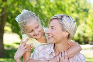 jolie blonde avec sa fille dans le parc photo