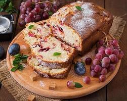 cupcake juteux et tendre avec des prunes et des raisins photo