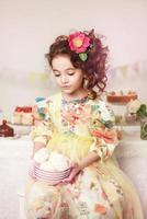 petite belle fille avec des bonbons photo