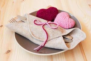 jolie table pour la Saint-Valentin avec des jouets tricotés photo