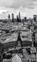 vue aérienne en niveaux de gris des toits de la ville
