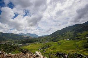 village avec champs et collines verdoyantes