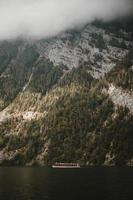 bateau se déplaçant le long de la rivière près de la montagne photo