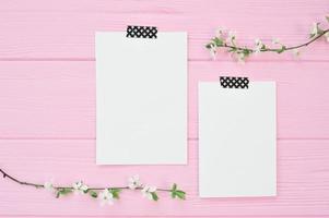 deux feuilles de papier maquette sur fond rose