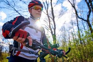 faire du vélo par une journée de printemps ensoleillée photo