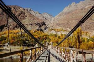 pont suspendu en bois photo