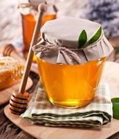 boîtes en verre pleines de miel. photo