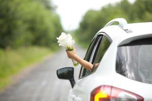 mariée tenant un bouquet de mariage photo