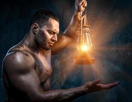 homme avec lampe à huile photo