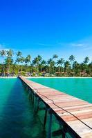 station balnéaire tropicale. promenade sur la plage photo