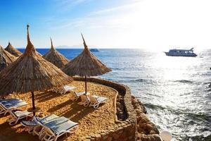 lever du soleil et plage à l'hôtel de luxe photo