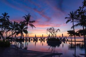 coucher de soleil à la piscine