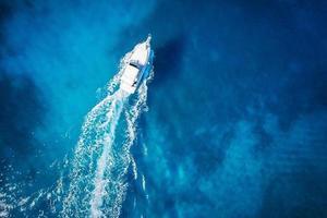 vue imprenable sur le bateau sur la côte de corail photo
