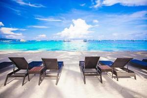 Chaises sur plage de sable blanc tropical exotique photo