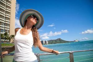 belles femmes rêvant sur le pont d'un yacht photo