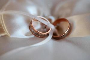 deux anneaux de mariage sur tissu photo