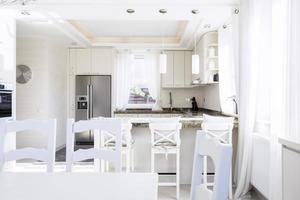 cuisine spacieuse dans la nouvelle maison photo