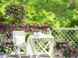 terrasse ouverte avec mobilier blanc