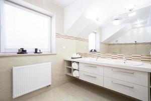 salle de bain pour deux personnes dans nouvelle maison photo