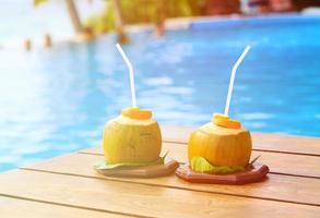 deux boissons à la noix de coco dans un complexe de luxe photo