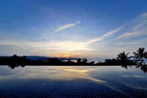 Piscine à débordement au sommet de Ko Samui, Thaïlande