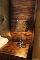 Détail de la chambre d'hôtel - lampe de chevet photo