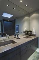 miroir au-dessus du lavabo dans la salle de bain