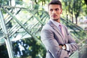 Portrait d'un homme d'affaires confiant à l'extérieur photo