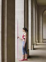 Athlète féminine avec javelot en portique photo