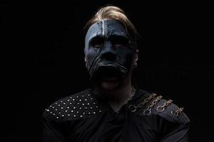 photo de l'homme blond au masque
