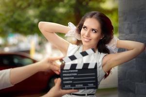 heureuse femme élégante prête pour un tournage