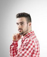 Portrait de jeune homme barbu confiant regardant la caméra photo