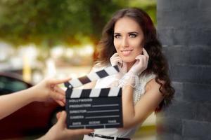 heureuse femme élégante prête pour un tournage photo