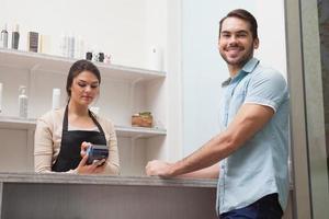 coiffeur utilisant une carte de crédit photo