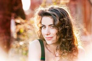 portrait de la belle jeune femme en plein air photo