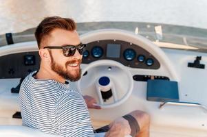 heureux propriétaire de yacht. photo